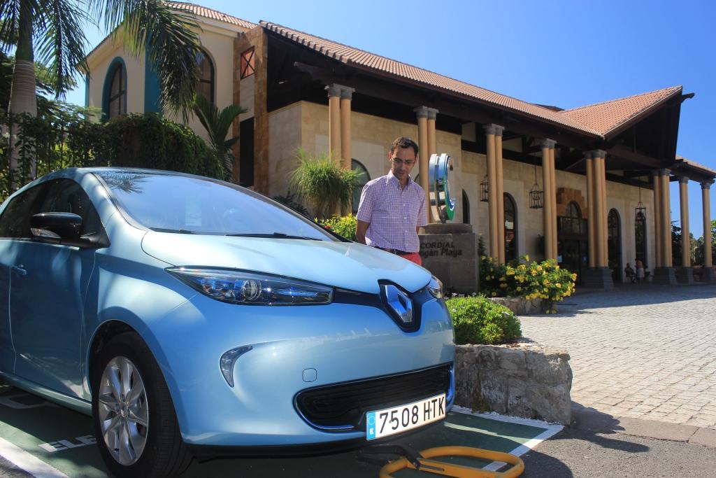Francisco Santiago, responsable de Esparent junto al Renautl ZOE  de alquiler en el Hotel Cordial Mogán Playa