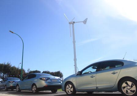 Los tres Renault Fluence Eléctricos para uso de los ayuntamientos y nuevo aerogenedador (Foto: Arlangton)