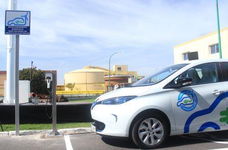 Renault Zoe en la plaza de aparcamiento reservada para vehículos eléctricos junto al punto de recarga en la EDAR de Arinaga (Foto: Arlangton)