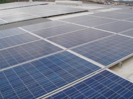 Paneles solares fotovoltaicos en la cubierta de una nave industrial en El Tablero