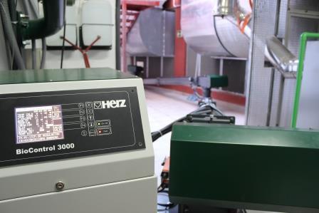 Detalle del control Biomatic 3000 de Caldera HERZ Biomatic 300 kW en Apartamentos Cordial Mogán Valle