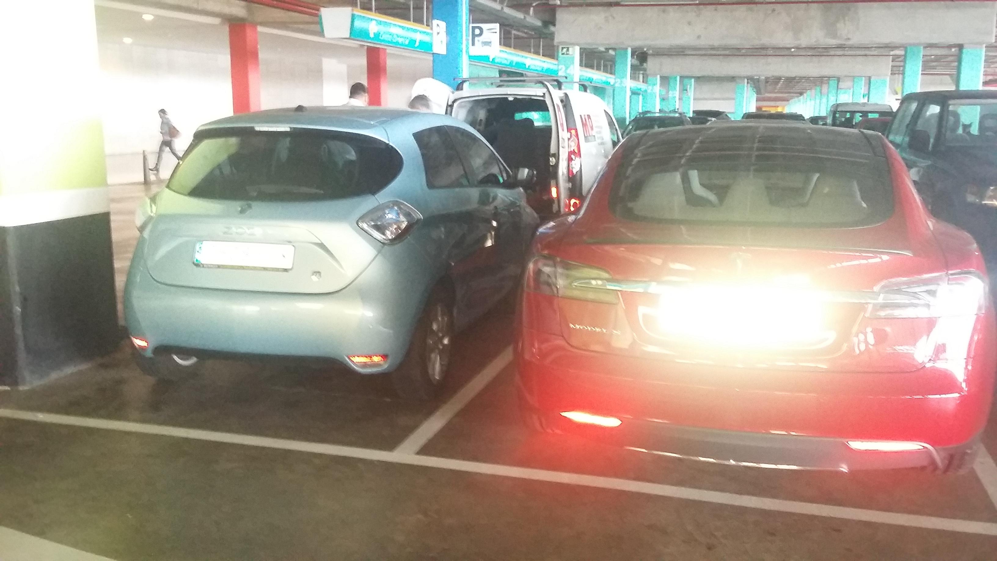 Renault ZOE de Esparent y Tesla Model S junto al punto de recarga